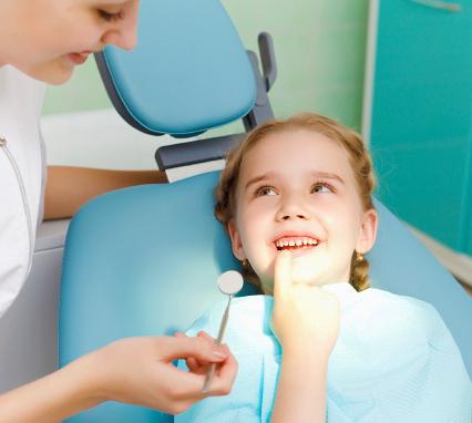 зачем лечить молочные зубы